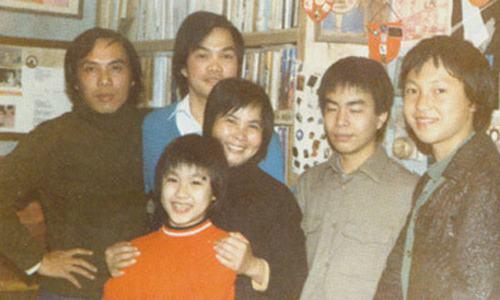 Lưu Quang Vũ (ngoài cùng bên trái) bên người thân.