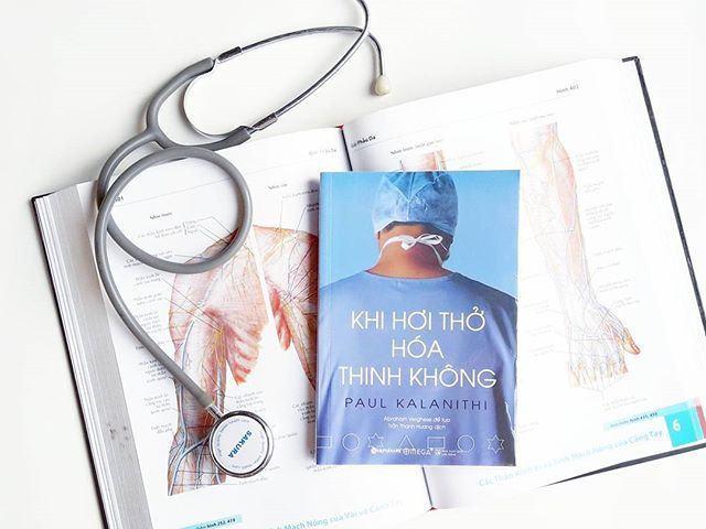 Khi hơi thở hóa thinh không là cuốn tự truyện được viết khi bác sĩ Paul Kalanithi phát hiện mình bị ung thư phổi giai đoạn cuối.