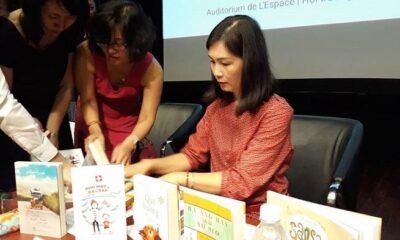 Tác giả Quỳnh Lê ký tặng cho bạn đọc tại buổi ra mắt sách.