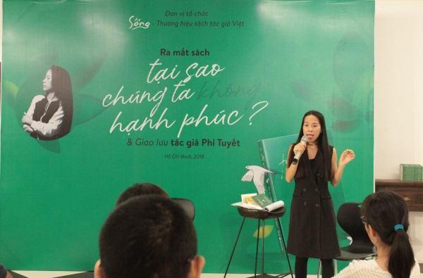 Tác giả Phi Tuyết tại buổi ra mắt tại sao chúng tay không hạnh phúc?