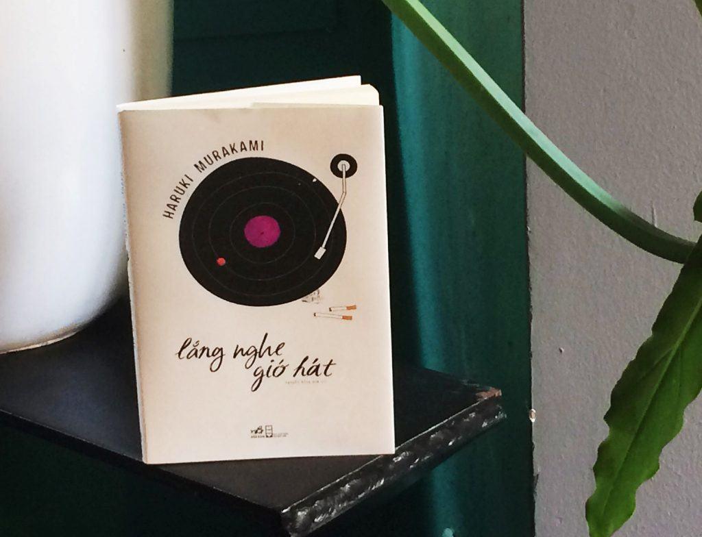Khi viết tiểu thuyết này, Murakami chưa hẳn là một nhà văn lành nghề, nhưng biểu lộ bóng dáng của một cây bút lớn.