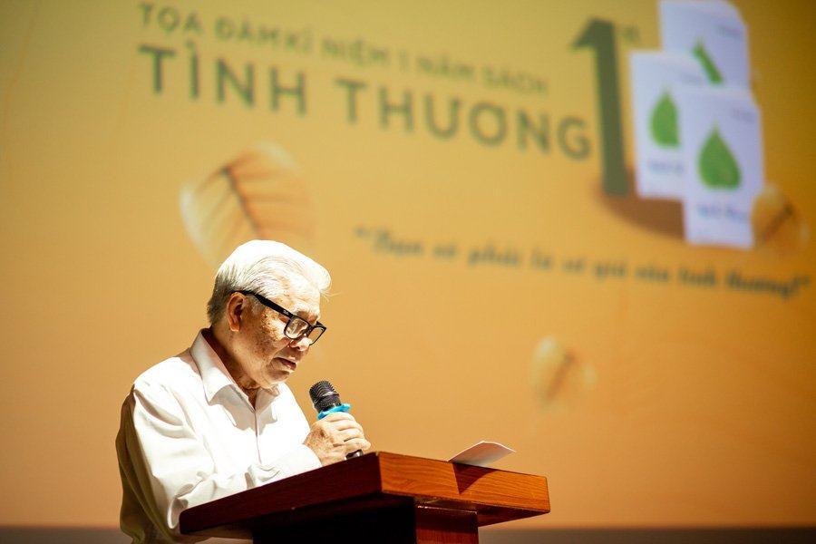 Nhà thơ Vũ Quần Phương rất xúc động khi đọc cuốn Tình thương.