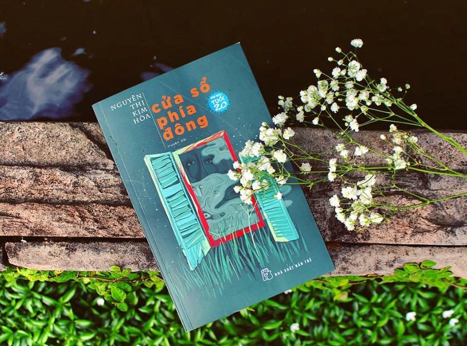 Truyện dài Cửa sổ phía đông của Nguyễn Thị Kim Hòa hiện vào vòng chung khảo cuộc thi Văn học tuổi 20.
