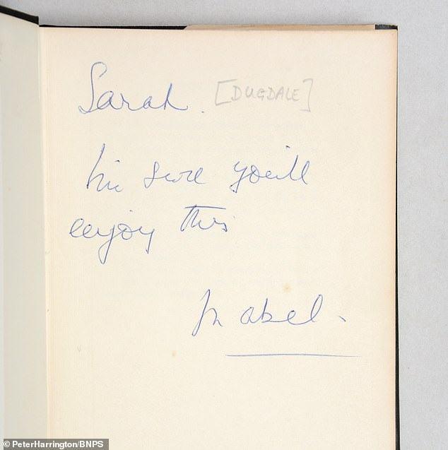 """Bộ sách hiếm chứa bút tích của """"cha đẻ điệp viên 007"""" ước đạt 14,5 tỷ đồng - 1"""