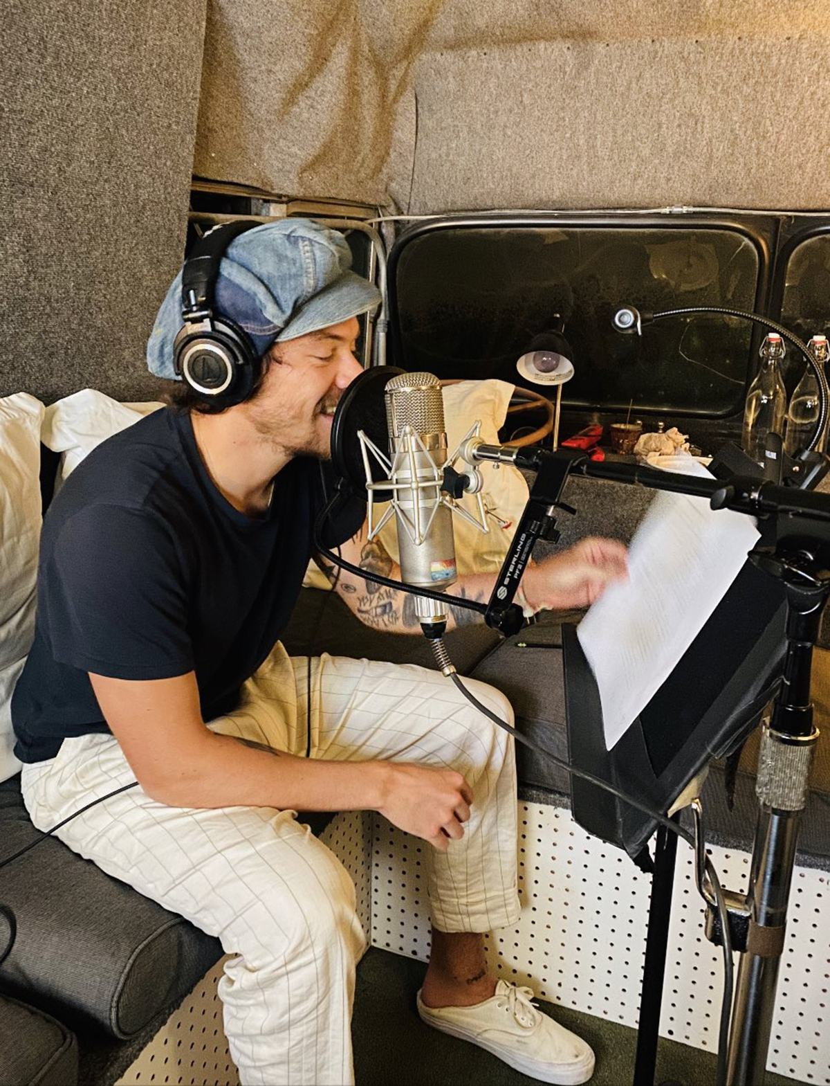 Harry Styles thu âm bài kể chuyện Mơ cùng tôi. Ảnh: Twitter/Calm.