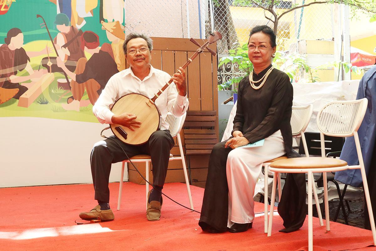 Nghệ sỹ Sáu Hưng và vợ - Song Oanh biểu diễn trong buổi ra mắt bộ sách Lục tỉnh cầm ca. Ảnh: Ngọc Yến.