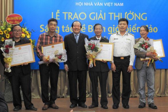 'Mình và họ' của Nguyễn Bình Phương được trao giải nhất, ông Hữu Thỉnh xin rút giải thưởng - Ảnh 1.