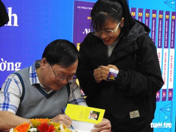 'Kính vạn hoa' của Nguyễn Nhật Ánh từng được giao sứ mệnh cạnh tranh với Doraemon - Ảnh 1.