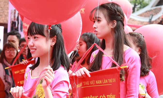 Nữ sinh tham gia hoạt động thả thơ tại Ngày thơ Việt Nam 20127. Ảnh: Giang Huy.