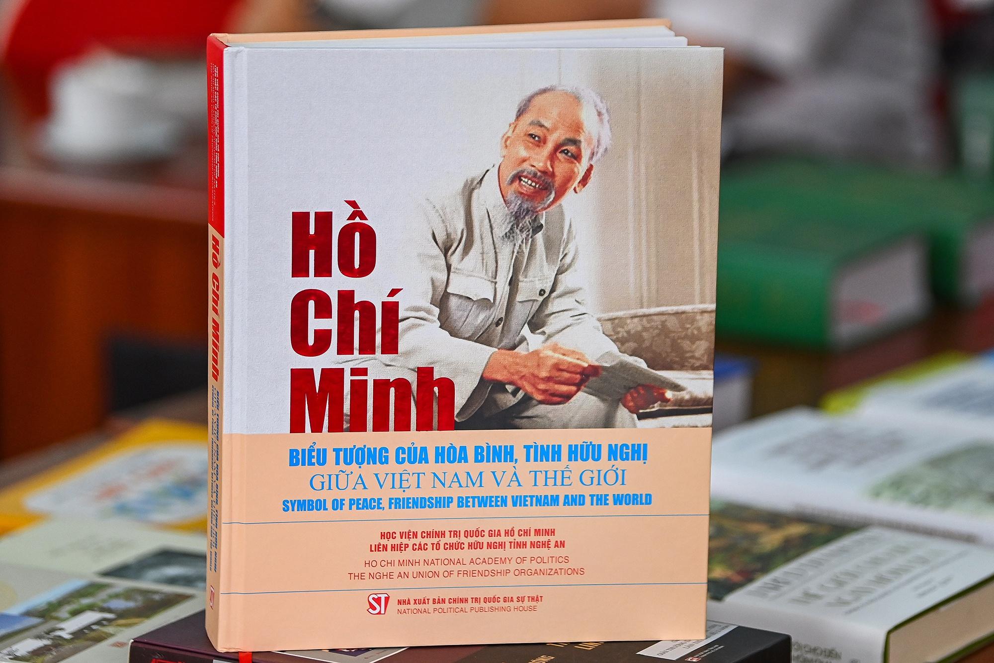 Sach ve Chu tich Ho Chi Minh anh 1
