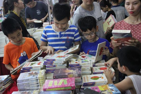 Chỉ 3% người đọc Việt Nam quan tâm nhận biết sách thật - giả, một số biết giả vẫn mua vì rẻ - Ảnh 1.