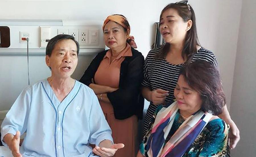 Nhà văn Triệu Xuân (trái) bên bạn bè tại phòng bệnh hồi năm 2019. Ảnh: Bích Ngân